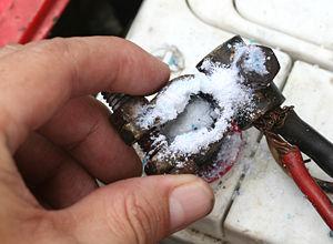 korrodálódott, rozsdás motor akkumulátor